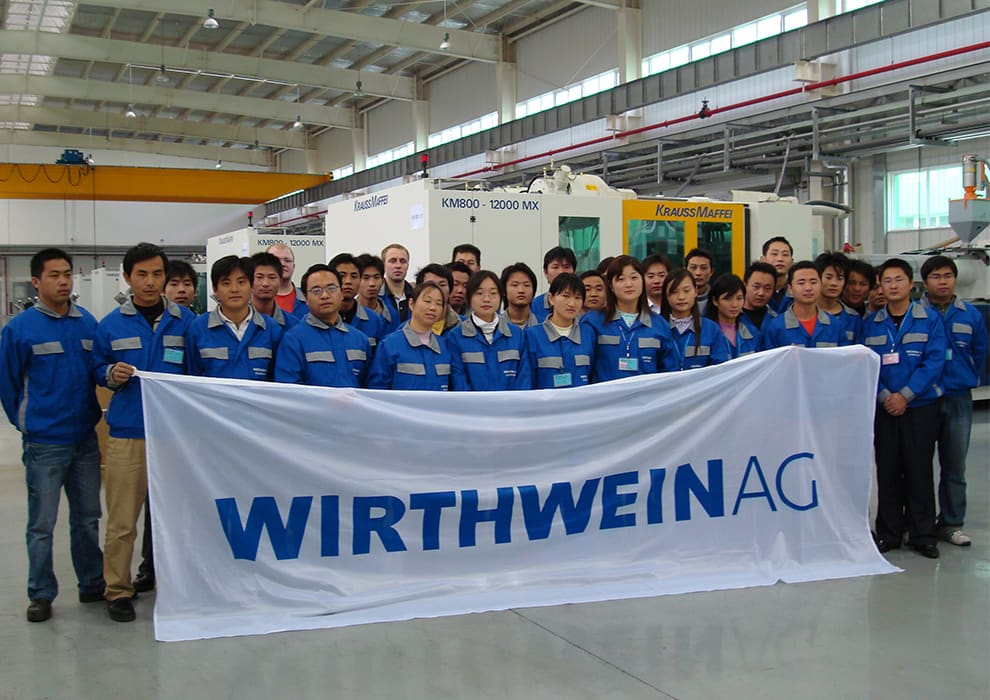 Joint Venture in China, Gruppenbild in Produktionshalle